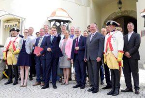 Menschengruppe zwischen Hohenzoller-Kürassieren vor dem EIngang zum Sigmaringer Schloss