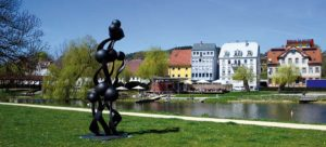 Donauufer in Tuttlingen mit Skulptur