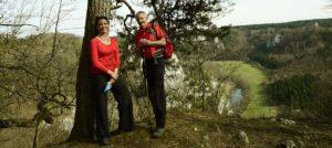 Zwei Wanderer vor Blick ins Donautal