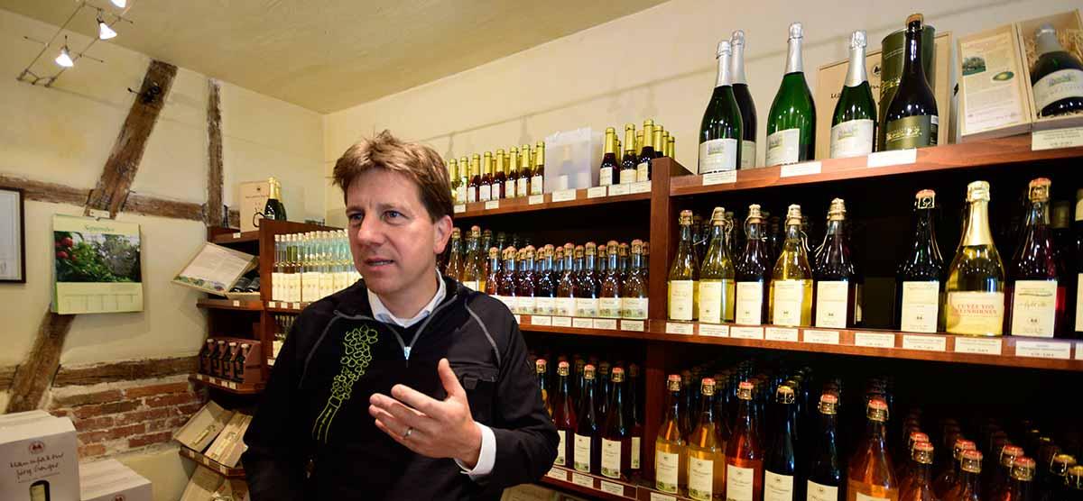 Jörg Geiger im hauseigenen Laden