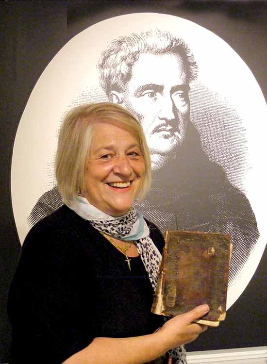 Berta Rudolf vor Abraham-Porträt