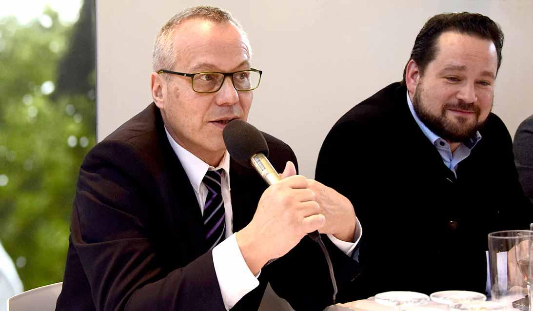 Zwei Männer auf PRessekonferenz