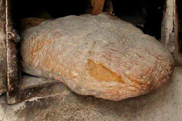 Holzofen mit Brot