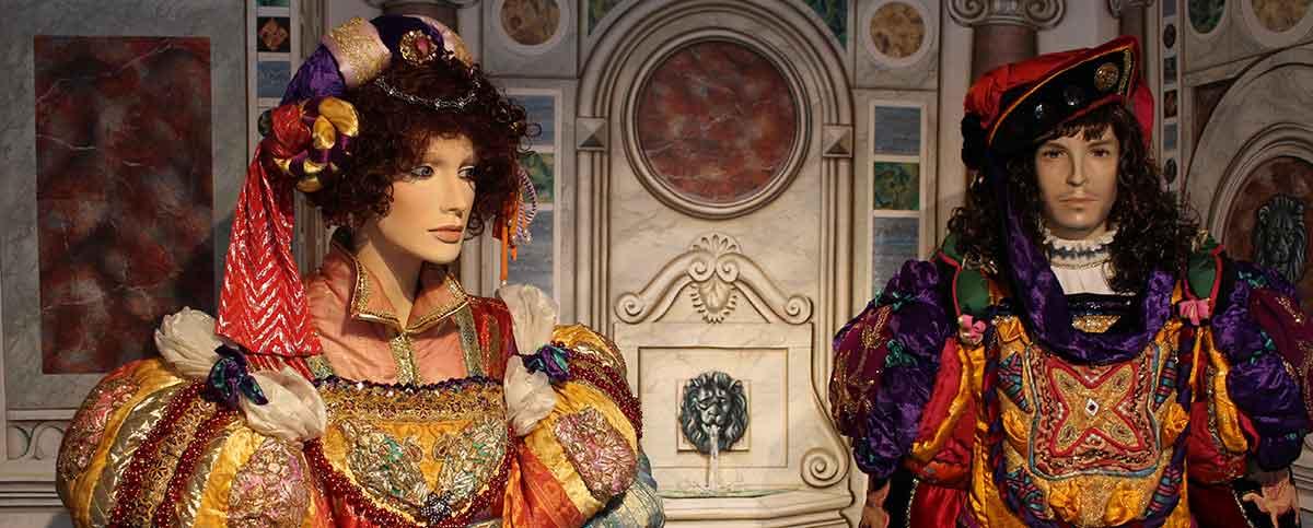 Zwei Puppen mit Renaisssance-Kostümen