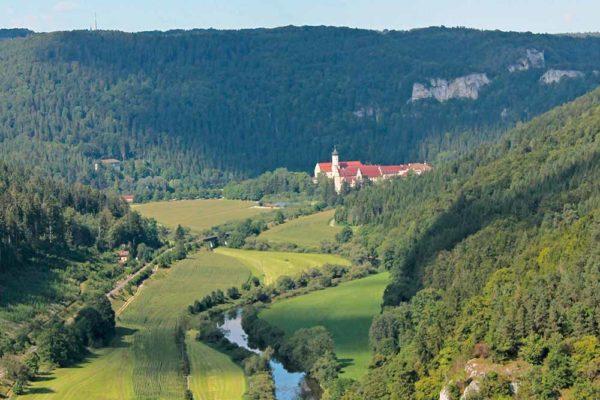 Flusstalpanorama mit Kloster