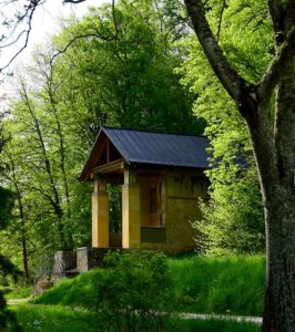 Kapelle im Berghang