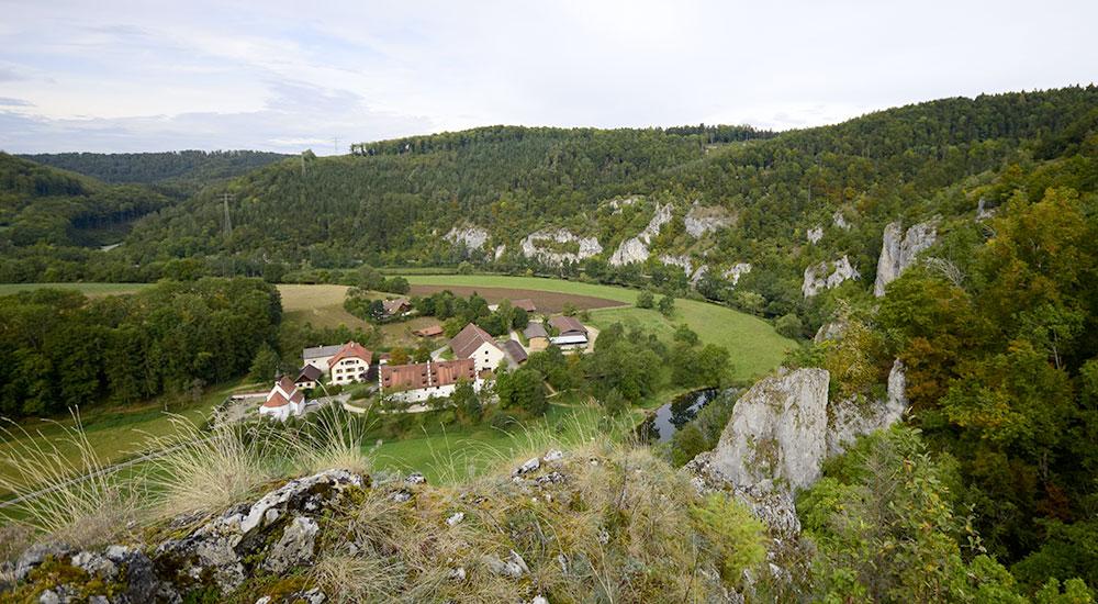 Donautal mit Anwesen in Felslandschaft