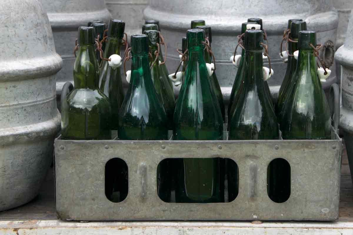 Ein BLechträger mit Bierflaschen