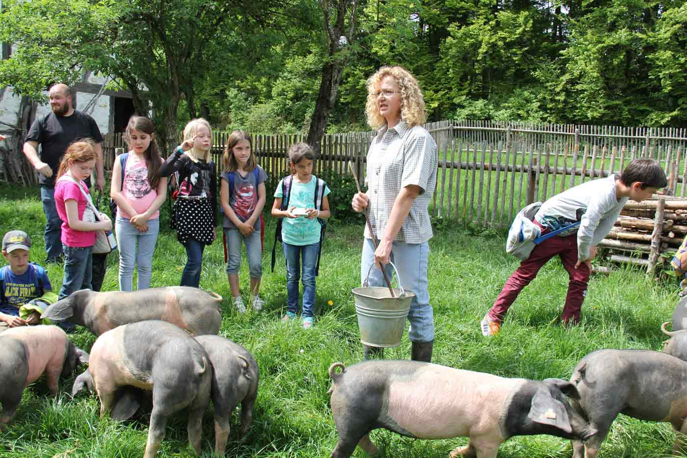 Schweinehirtin mit Kindern