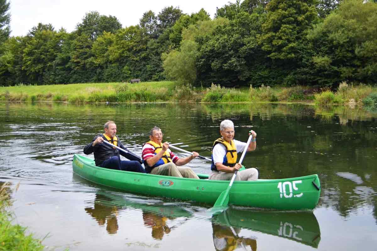 Kanu mit drei Senioren