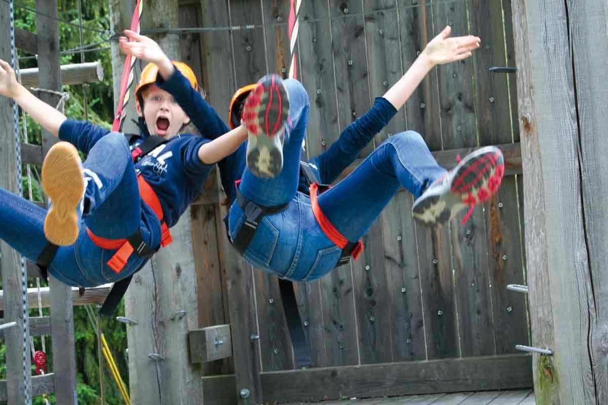 Zwei Jungen im Klettergarten