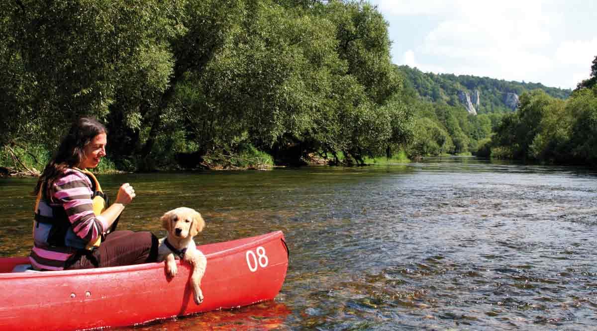 Frau und Hund im Kanu