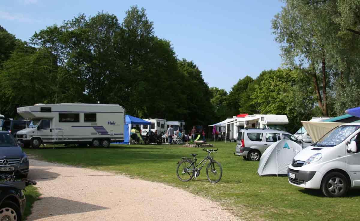 Campongplatz mit Wohnmobilen und Zelten