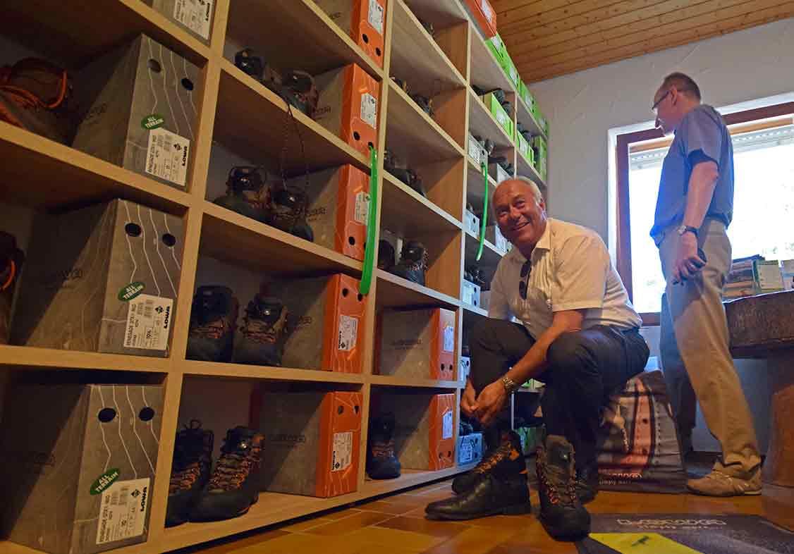 Mann zieht Schuhe an