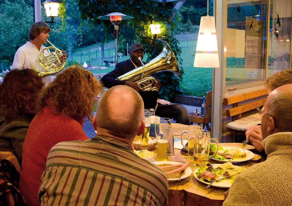 """Arkadij Shilkloper und John Sass spielen """"Jazz an der Donau"""" zwischen Albfelsen und Maultaschen"""
