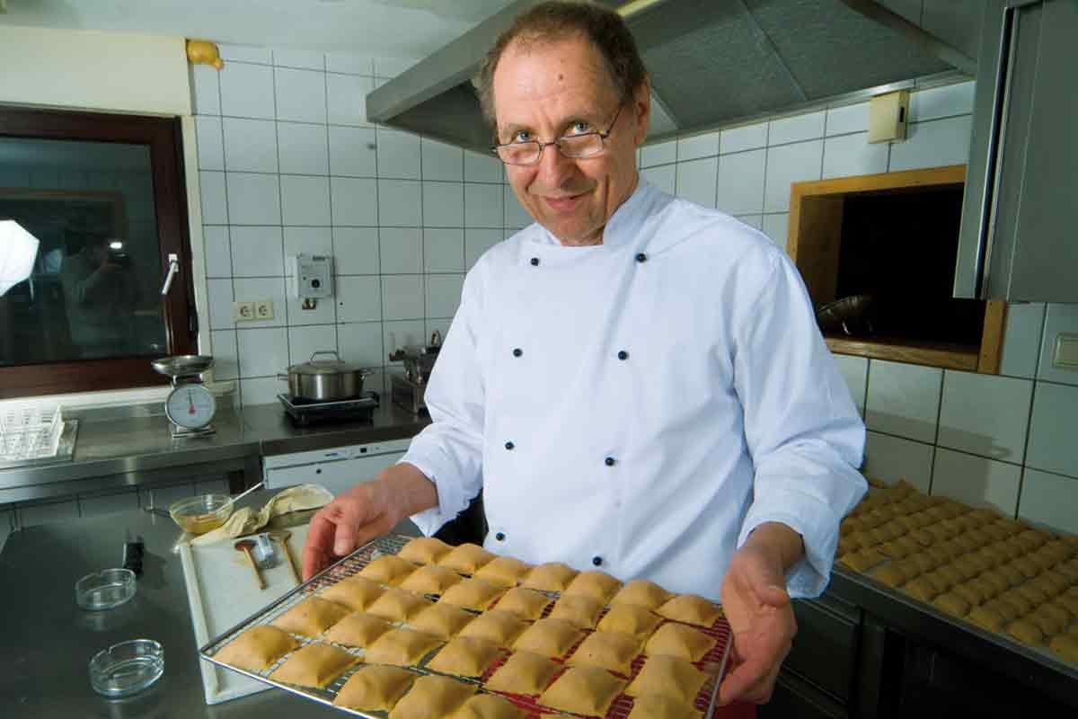 Günter Irion mit einem Blech Maultaschen