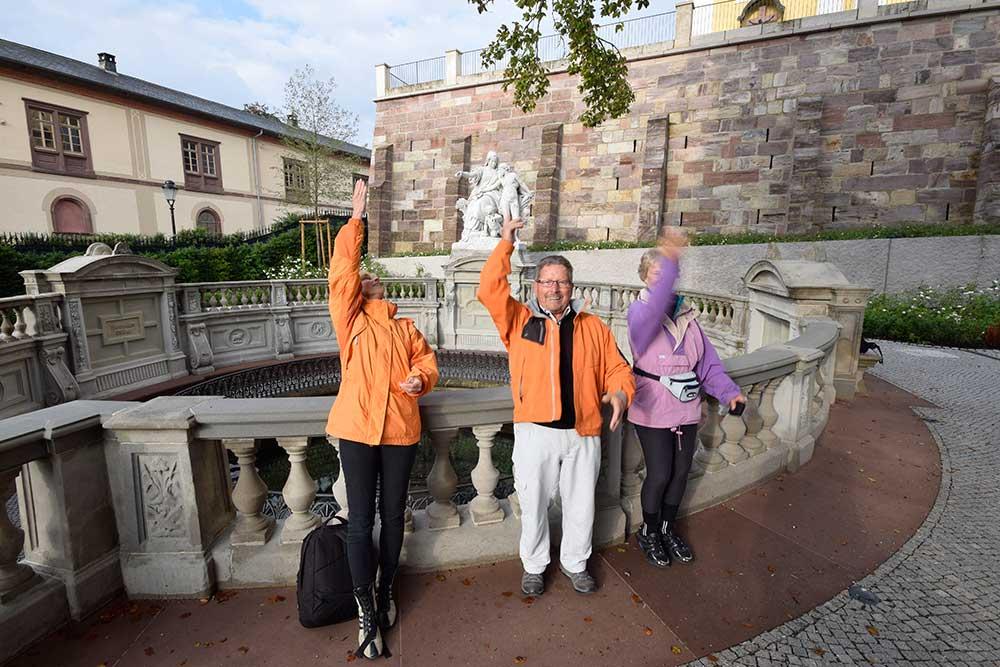 Menschen werfen Münzen in die Donauquelle