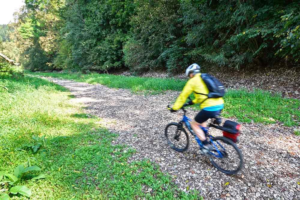 Radfahrer im Flussbett