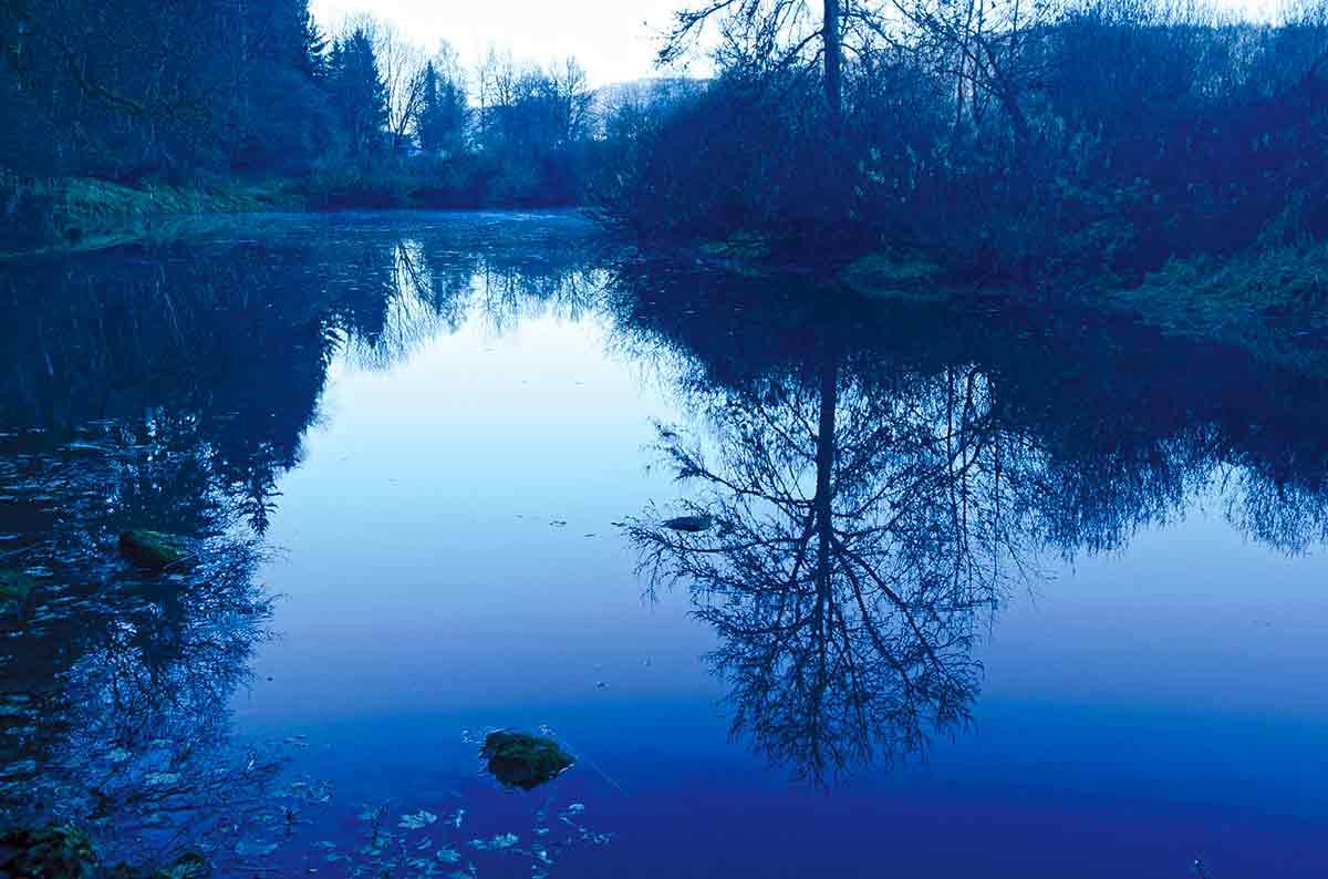 Blaue Abendlandschaft im Spätherbst