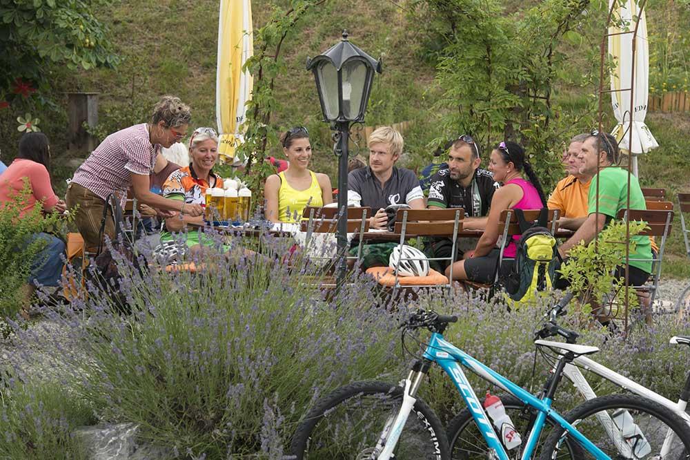 Biergarten mit Radfahrern