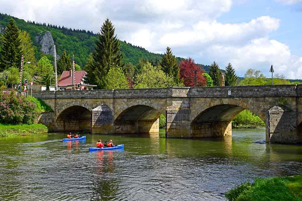 Nepomuk-Brücke Hausen im Tal mit Kanufahrern