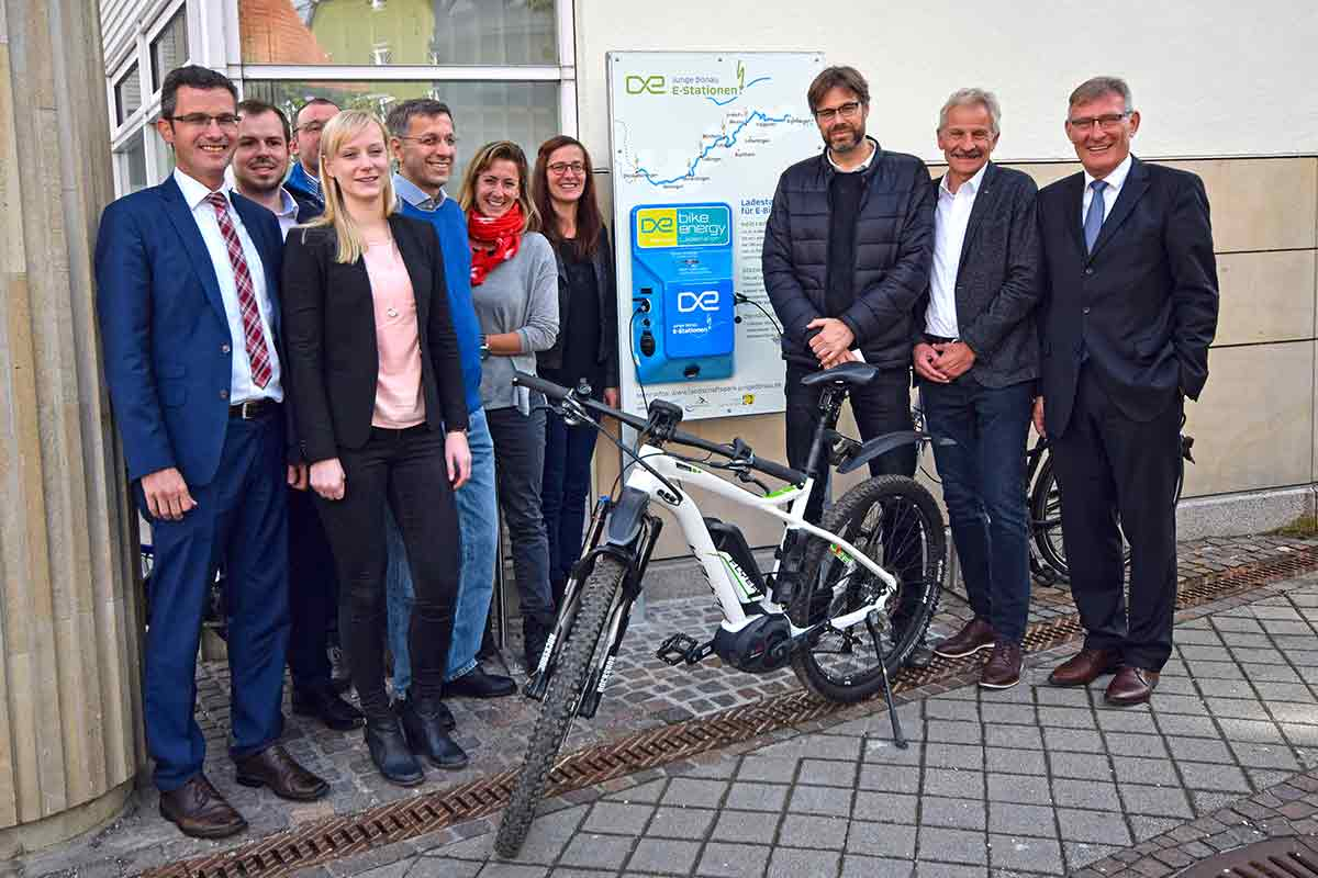 Gruppe an E-Bike-Ladestation