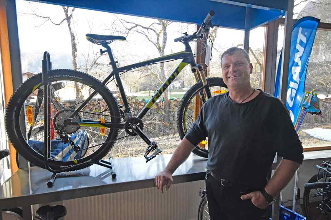 Porträt mit Carbon-Fahrrad