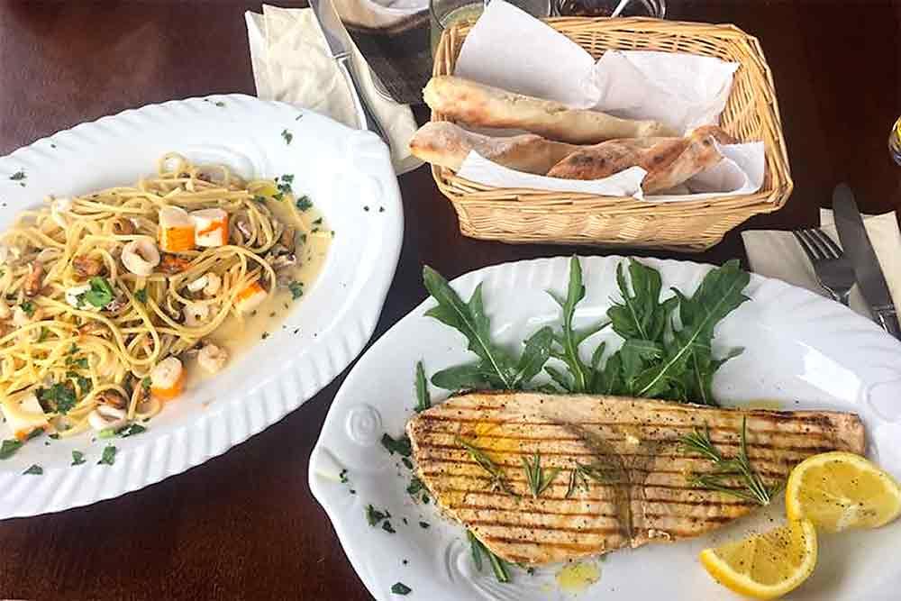 Schwertfisch und Pasta frutti di Mare im Cauterucci