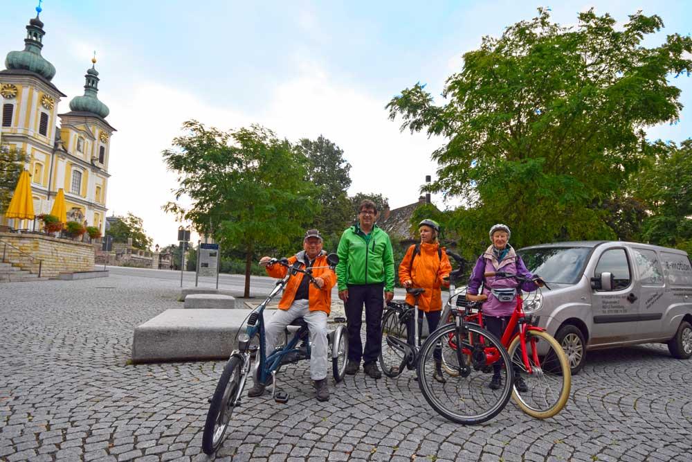 Fahrradgruppe vor Kirche