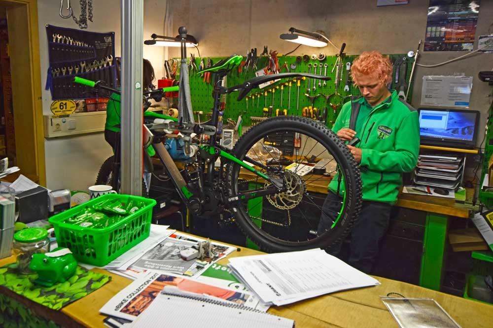 E-Mountainbike wird repariert