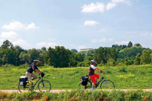 Zwei Radfahrer unterhalb derHeuneburg