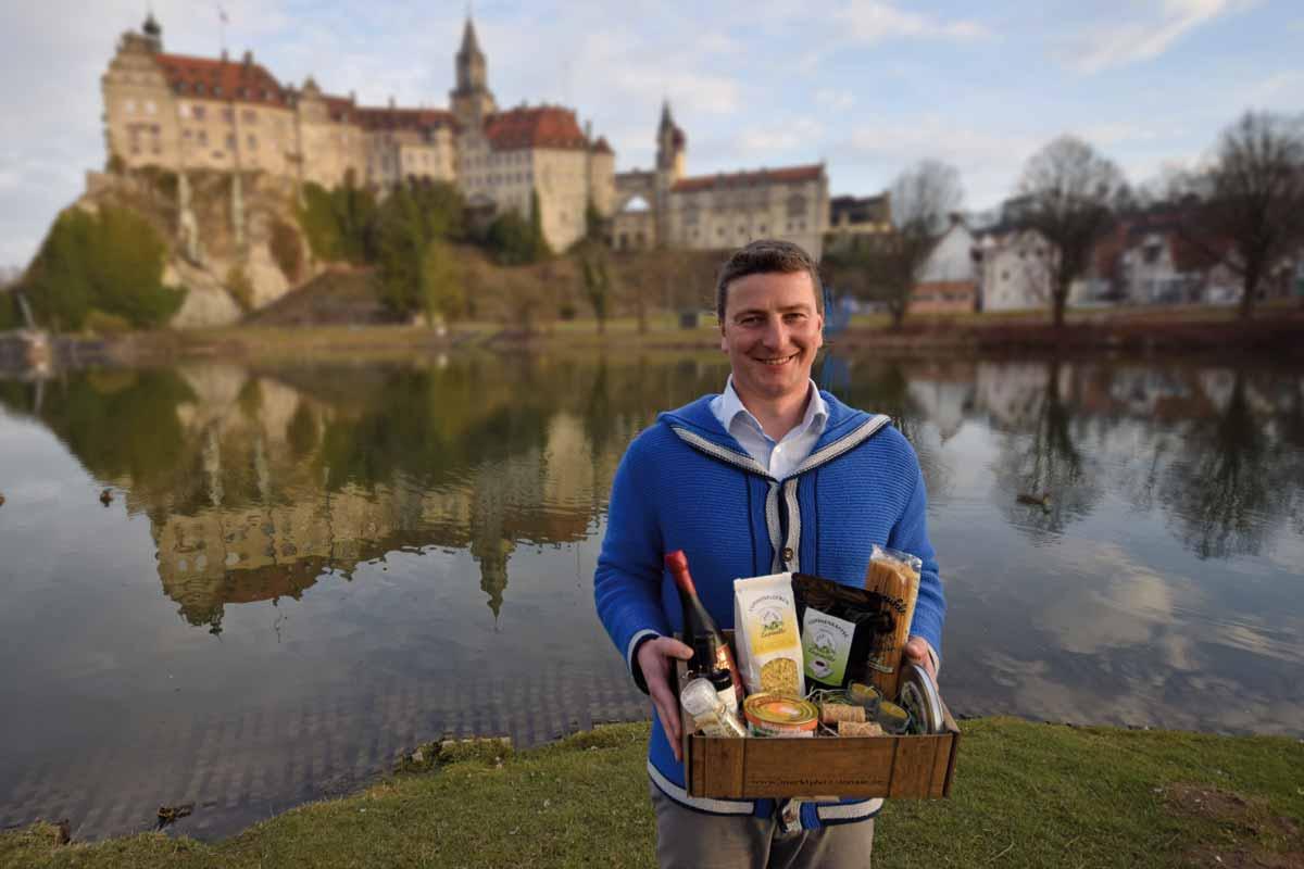 Felix Cramer von Clausbruch vor Sigmaringer Schloss