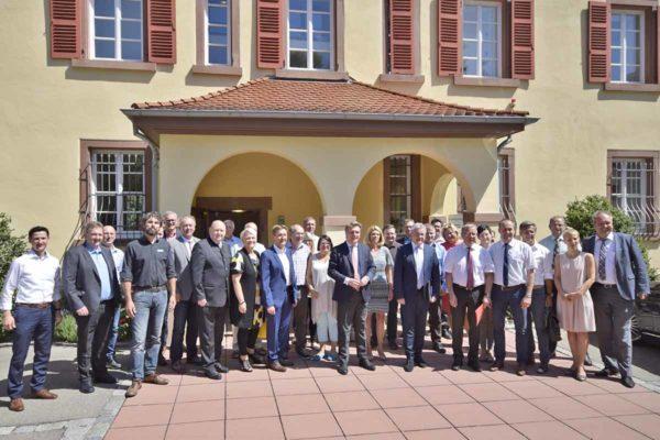 Gruppe um Thomas Bareiß vor Staufenbergschloss Laulingen