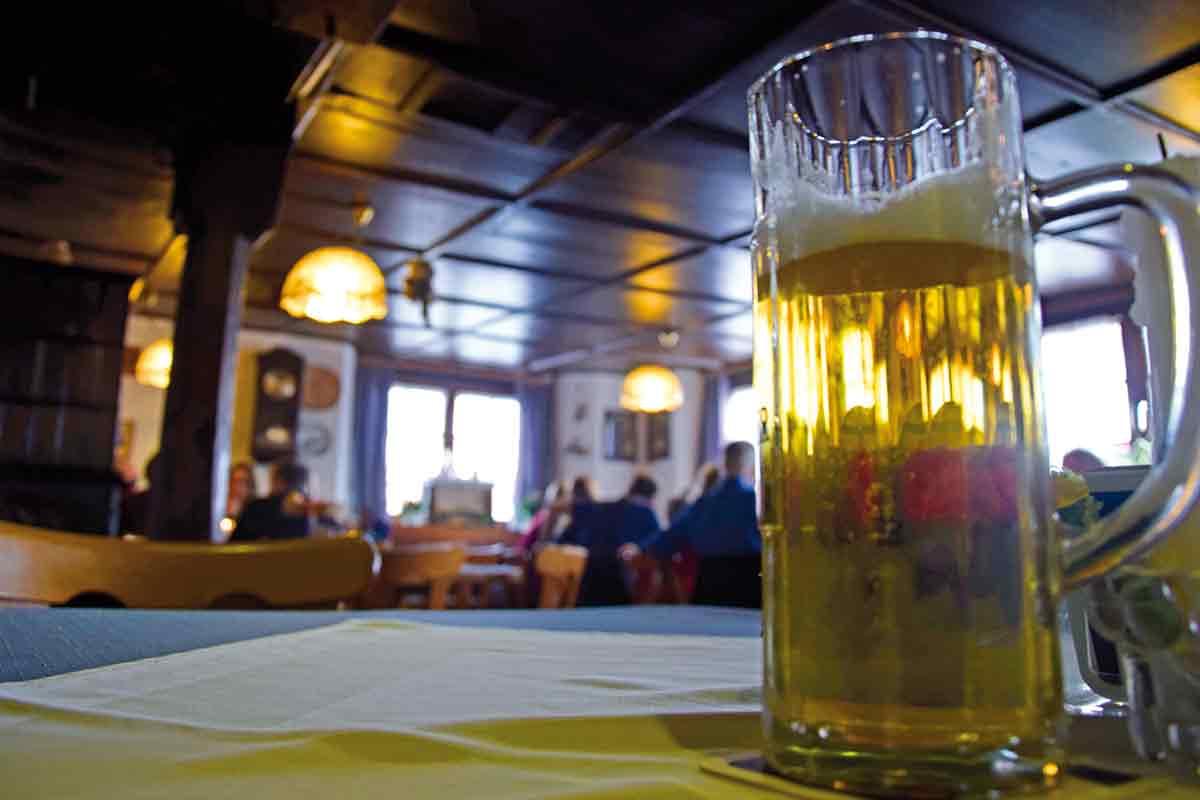 Bierglas in alter Gaststube