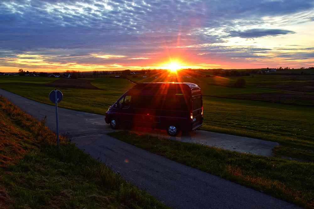 Wohnmobil vor Sonnenuntergang