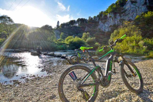 Donaulandschaft mit E-Bikes