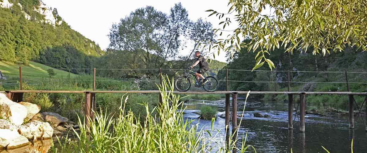 #donau_up: Radfahrer auf Brücke über der Donau