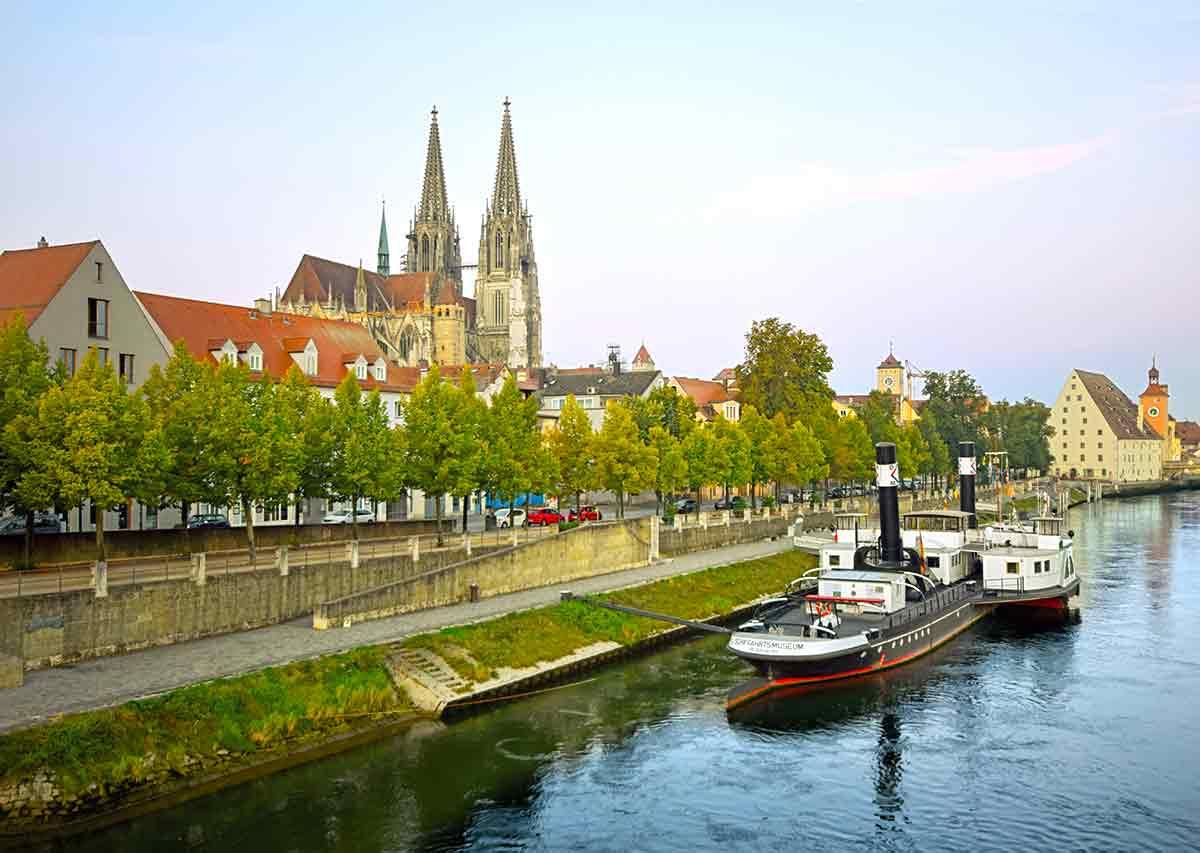 Donauufer mit Dom in Regensburg