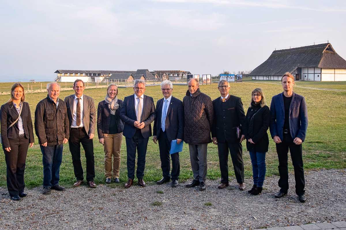 Tourismus-Minister Guido Wolf und Delegation auf der Heuneburg