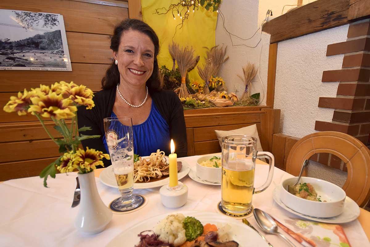 Frau am Tisch