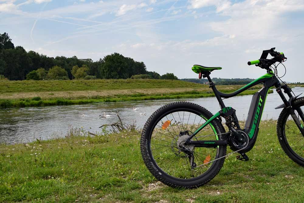 E-Bike vor Heuneburg