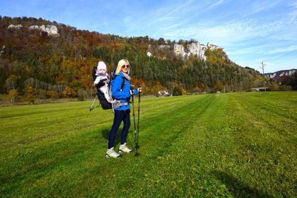 Wanderin mit Baby vor Werenwag