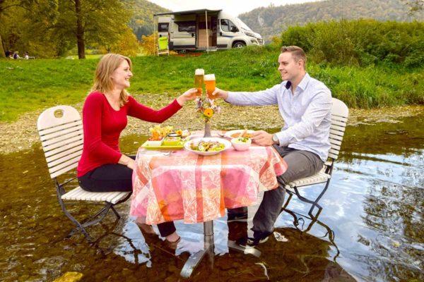 Paar in der Donau vor Wohnmobil Knaus Boxstar 540 Road 2be