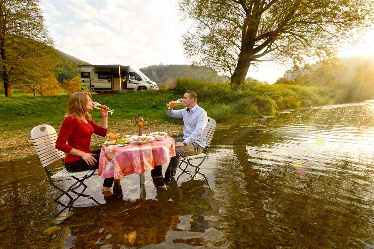 Paar am Tisch in der Donau