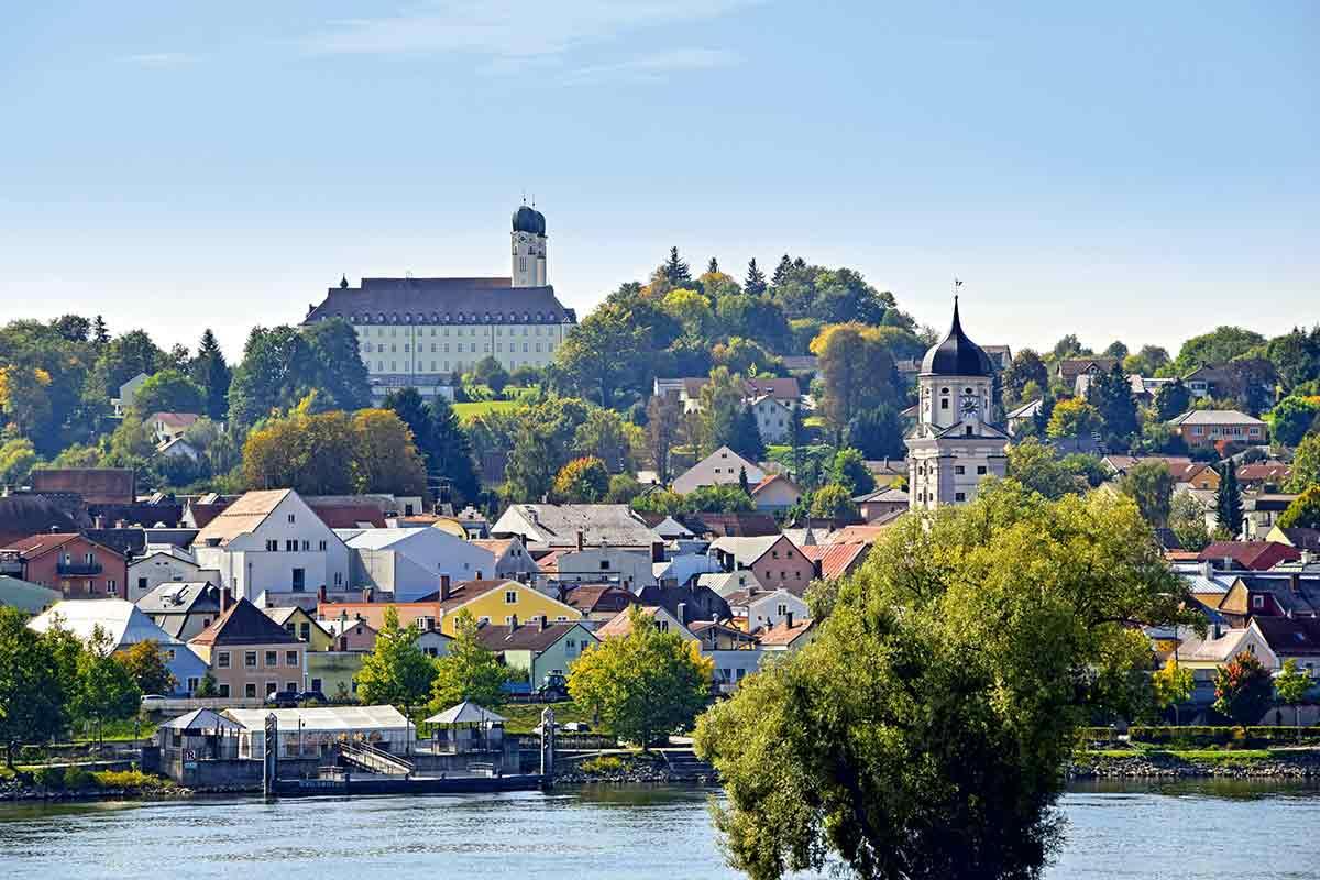 Blick auf Vilshofen und die Abtei Schweiklberg