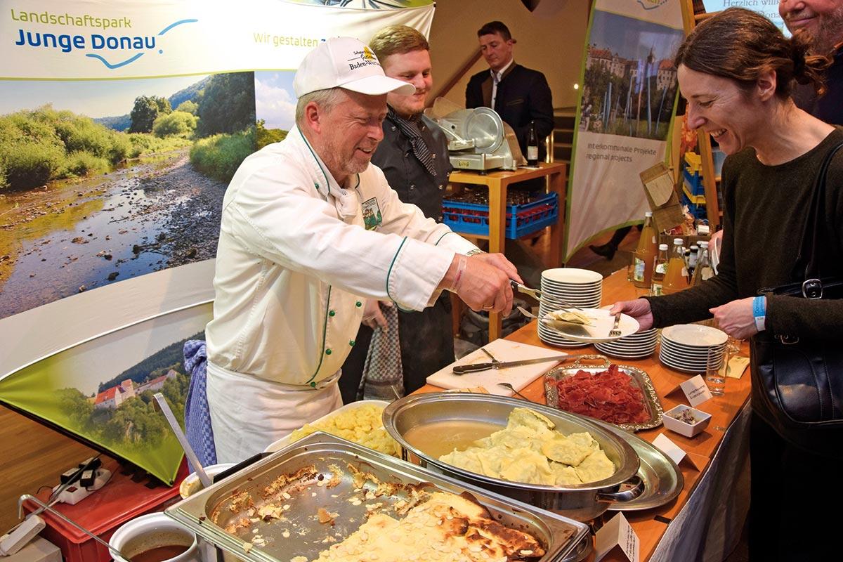 Armin Eha vom Restaurant Gutshof Käppeler gibt essen aus