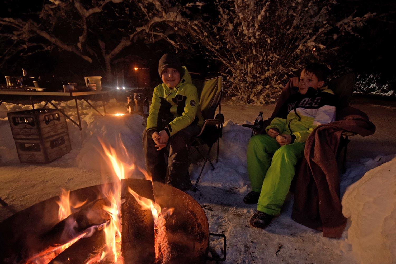 Zwei Jungs am Lagerfeuer