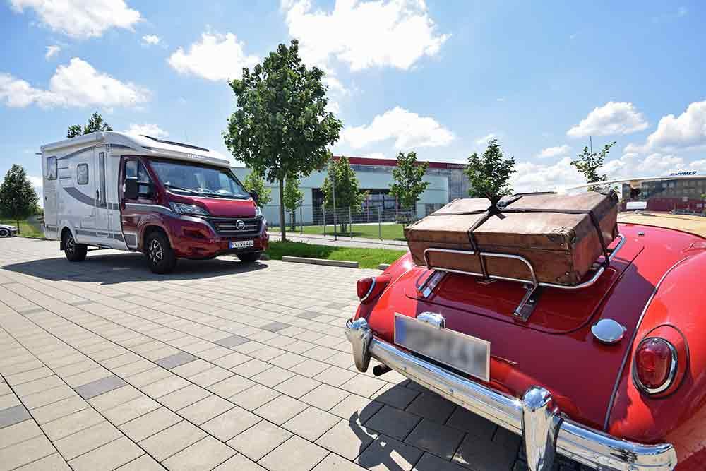 Wohnmobil und Cabrio vor Erwin-Hymer-Museum