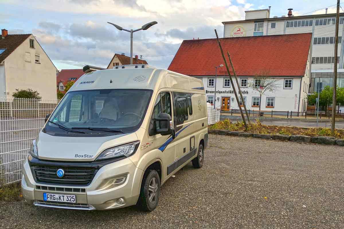 Wohnmobil auf Parkplatz der Hirsch-Brauerei