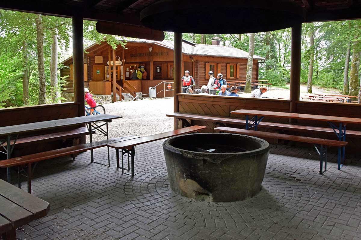Felsenhütte mit Grillstation an der Kolbinger Höhle